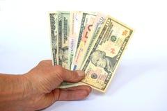 Le banconote dei paesi differenti e delle denominazioni smazzano a disposizione fotografia stock