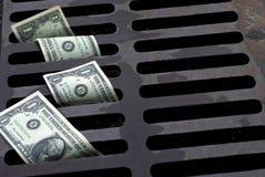 Le banconote in dollari degli Stati Uniti uno hanno annaffiato lo scolo Fotografia Stock Libera da Diritti
