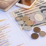 le banconote giapponesi di Yen di valuta con Yen giapponesi coniano e calc Immagine Stock