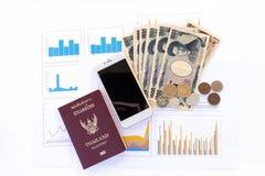 Le banconote giapponesi di Yen di valuta, Yen coniano, telefono e passaporto o Fotografie Stock Libere da Diritti