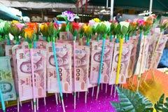 Le banconote hanno donato dagli ospiti per manutenzione il tempio Immagine Stock