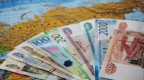 Le banconote russe sono un fan sulla mappa Concetto di politica e di affari Federazione Russa fotografie stock libere da diritti