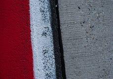 Le bande bianche rosse parcheggiano il segno strutturato di segno del fondo di arresto immagine stock libera da diritti