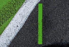 Le bande bianche verdi che segnano il fondo strutturato firmano e traccia di Fotografie Stock Libere da Diritti