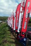 Le bandiere al windsurf che compeeting a Hookipa tirano Maui in secco Fotografia Stock