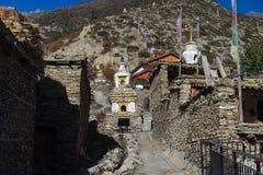 Le bandiere buddisti di preghiera e di gompa in Himalaya variano, regione di Annapurna, Nepal Immagini Stock Libere da Diritti