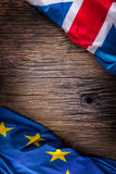 Le bandiere del Regno Unito e dell'Unione Europea sulla quercia rustica imbarcano Bandiere di U.S.A. e del Regno Unito insieme di Fotografie Stock
