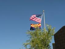 Le bandiere dell'Arizona e U.S.A. sopra il parco nazionale di Grand Canyon dall'orlo del sud in Arizona Fotografia Stock