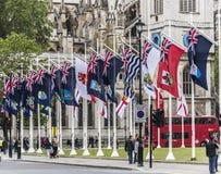 Le bandiere delle dipendenze della corona nel Parlamento quadrano fotografia stock libera da diritti