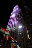 Le bandiere delle nazioni differenti davanti a Rockefeller concentrano a nig Fotografie Stock Libere da Diritti
