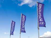 Le bandiere di Hyundai sopra cielo blu Fotografie Stock