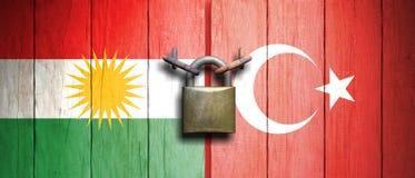 Le bandiere di Kurdistan e della Turchia si sono unite ad un vecchio, lucchetto arrugginito illustrazione 3D royalty illustrazione gratis