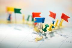 Le bandiere di paese della mappa di mondo hanno segnato il puntiforme della città del perno Immagine Stock