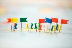 Le bandiere di paese della mappa di mondo hanno segnato il puntiforme della città del perno Immagine Stock Libera da Diritti