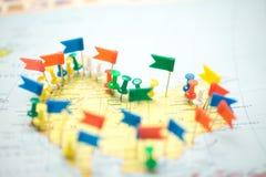 Le bandiere di paese della mappa di mondo hanno segnato il puntiforme della città del perno Fotografie Stock