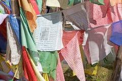 Le bandiere di preghiera alla La di Yutong passano, il Bhutan Fotografia Stock