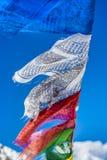 Le bandiere di preghiera in Himalaya con Ama Dablam alzano nel backgr Immagine Stock