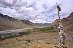 Le bandiere di preghiera sopra la città di Kaza nella montagna ad alta altitudine abbandonano Immagini Stock