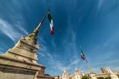 Le bandiere italiane in altare della patria con Venezia quadrano sulla t Immagine Stock Libera da Diritti