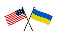 Le bandiere nazionali dell'Ucraina e degli S.U.A. hanno attraversato sui bastoni royalty illustrazione gratis