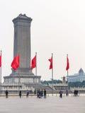 Le bandiere rosse si avvicinano al monumento agli eroi del ` s della gente Immagine Stock Libera da Diritti