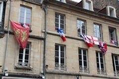 Le bandiere sono appese sulle finestre di una costruzione (Francia) Fotografie Stock