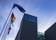 Le bandiere stanno soffiando davanti al rappresentante dello stato di Brandeburgo in Berlin Mitte immagini stock libere da diritti