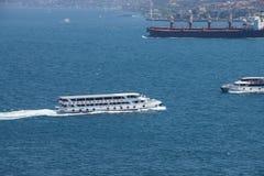 Le banlieusard à grande vitesse transporte en bac des criss croisent le Bosphorus Images stock