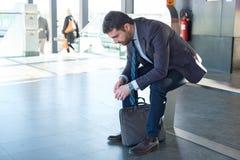Le banlieusard fatigué d'homme d'affaires voyage et attend Photo libre de droits