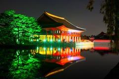 Le banquet royal Hall de Gyeonghoeru a tiré la nuit avec des arbres près de lui Photo libre de droits