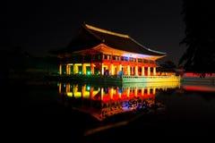 Le banquet royal Hall de Gyeonghoeru a tiré la nuit - copain de Gyeongbokgung Image libre de droits