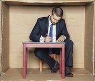 Le banquier signe un contrat pour un prêt Image stock