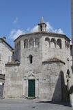 Le baptistère de San Giovanni dans la place d'Arringo est à angle droit monumental le plus ancien de la ville d'Ascoli Piceno photos libres de droits