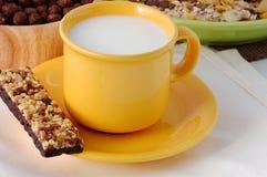 Le bar de céréale avec la cuvette de lait Photos libres de droits