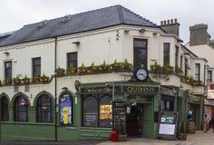 Le bar irlandais traditionnel de Quinn dans le comté de Newcastle vers le bas photos libres de droits