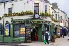 Le bar irlandais traditionnel de Quinn dans le comté de Newcastle vers le bas images libres de droits