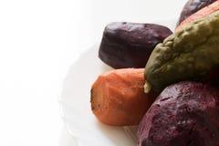 Le barbabietole, carote si trovano saldato su un piatto bianco Priorità bassa bianca Gli Stati Uniti immagini stock libere da diritti