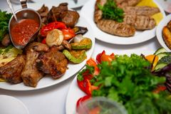 Le barbecue avec de la sauce et les légumes frais photographie stock