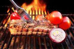 Le barbecue de gril nervure le charbon de bois de poitrine de flammes, XXXL Photo stock
