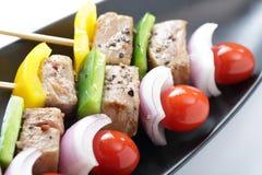 Le barbecue embroche les chiches-kebabs colorés Photo libre de droits