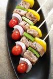 Le barbecue embroche les chiches-kebabs colorés Images libres de droits