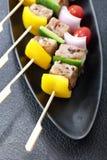 Le barbecue embroche les chiches-kebabs colorés Photos libres de droits
