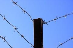 Le barbelé au-dessus du mur photographie stock libre de droits