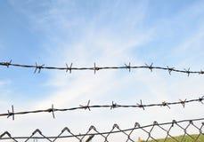 Le barbelé dans deux rangées comme protection contre l'entrée non autorisée dans le territoire privé Photos stock