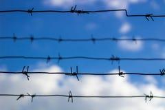 Le barbelé ferme le ciel bleu Images libres de droits