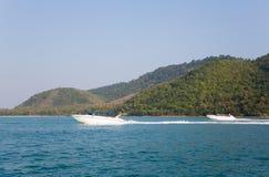 Le barche ad alta velocità di crociera sono le isole della Tailandia Fotografia Stock Libera da Diritti