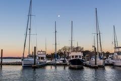 Le barche all'alba hanno attraccato al porto dell'yacht del fiume di York nel punto VA di Gloucester fotografia stock libera da diritti