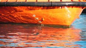 Le barche arancio disegnano il movimento lento stock footage