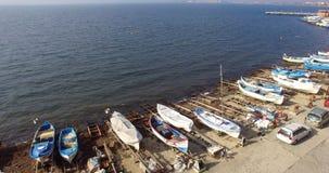 Le barche bianche sul Mar Nero costeggiano nel Pomorie bulgaro Fotografia Stock