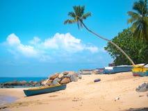 Le barche Colourful sull'le Seychelles tirano nell'ambito di spirito soleggiato blu dei cieli Immagine Stock